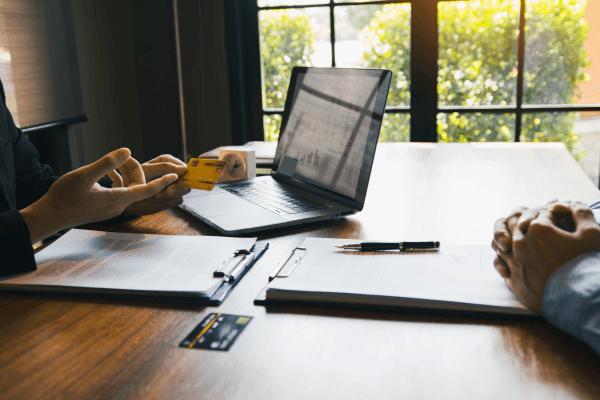 Kredyt u doradcy finansowego czy bezpośrednio w banku?